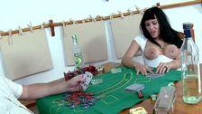 La reine du strip poker lui vide les bourses