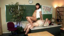 Elle allume son prof et le baise sur le bureau
