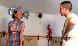 L'hôtesse toujours aux petits soins pour ses clients
