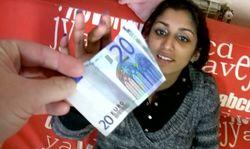 Une jeune amatrice arabe baise contre quelques billets