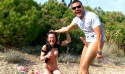 Touriste française draguée et baisée sur le sable