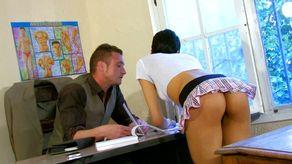 Jeune étudiante baisée par son prof