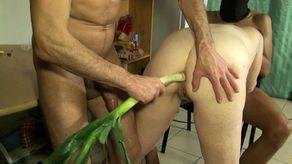Il lui glisse un légume dans le cul