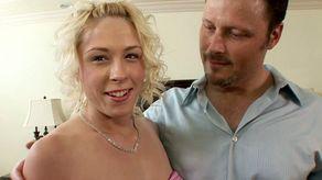 Une amatrice baise devant une caméra de pros